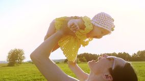 Gelukkig mamma die haar babymeisje, langzaam motieschot houden stock footage