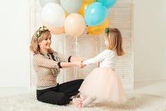 Gelukkig mamma die met haar weinig dochter spelen Het concept van de verjaardag De dagconcept van de moeder ` s royalty-vrije stock afbeeldingen