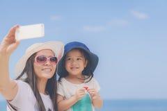 Gelukkig mamma en meisje in hoed die selfie nemen stock foto's