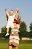 Gelukkig mamma met baby Stock Afbeeldingen