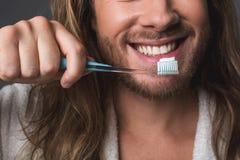 Gelukkig mannetje die witte tanden borstelen royalty-vrije stock fotografie