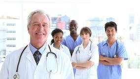 Gelukkig medisch team dat zich rechtop bevindt stock videobeelden
