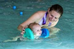 Gelukkig meisje bij het zwemmen les met moeder Royalty-vrije Stock Foto's