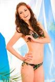 Gelukkig meisje in bikini het stellende stellen in summerhouse royalty-vrije stock foto