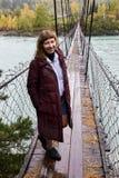 Gelukkig meisje Brug over rivier Het landschap van de berg royalty-vrije stock afbeeldingen