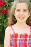 Gelukkig meisje buiten verticaal royalty-vrije stock fotografie