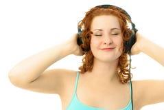Gelukkig meisje dat aan de muziek luistert Stock Foto