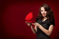 Gelukkig meisje dat een gift op de Dag van de Valentijnskaart opent \ 's Stock Afbeelding