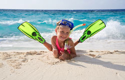 Gelukkig meisje dat met apparatuur snorkelt royalty-vrije stock afbeeldingen
