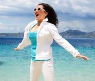Gelukkig meisje dat op het strand springt royalty-vrije stock afbeelding