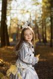 Gelukkig meisje in de bladerenherfst royalty-vrije stock afbeelding