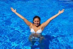 Gelukkig meisje in de pool Royalty-vrije Stock Afbeelding