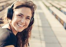 Gelukkig meisje die aan muziek luisteren Stock Afbeelding