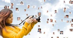 gelukkig meisje die camera met het vliegen portretten in de rug bekijken vector illustratie