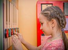 Gelukkig meisje die in de Speelplaats genieten van Stock Foto