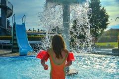 Gelukkig meisje die de zomer van dag in het zwembad genieten De zomer en gelukkig chilhoodconcept royalty-vrije stock afbeelding