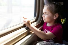Gelukkig meisje die door trein reizen royalty-vrije stock fotografie