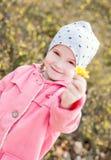 Gelukkig meisje die een gele bloem houden stock afbeelding