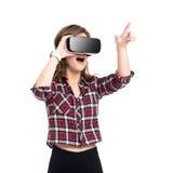 Gelukkig meisje die ervaring krijgen die VR-hoofdtelefoonglazen van virtuele werkelijkheid, veel gebruiken het gesticuleren geïso stock fotografie
