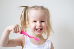 Gelukkig Meisje die Haar Tanden, Roze Tandenborstel, de Tandnacht van de Hygiëneochtend borstelen royalty-vrije stock foto