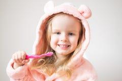 Gelukkig Meisje die Haar Tanden, Roze Tandenborstel, Tandhygiëne, Gezonde Ochtendnacht borstelen royalty-vrije stock foto