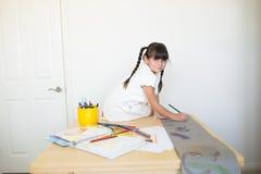 Gelukkig meisje die het kunstwerk doen royalty-vrije stock afbeeldingen