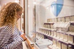 Gelukkig meisje die juwelenvertoning bekijken stock foto's