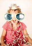 Gelukkig meisje die met glazen glimlachen Stock Fotografie