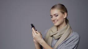 Gelukkig meisje die mobiele telefoon met behulp van stock footage