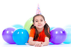 Gelukkig meisje die op de vloer met kleurrijke ballons liggen Royalty-vrije Stock Fotografie
