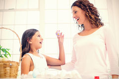 Gelukkig meisje die paasei tonen aan haar moeder Stock Afbeeldingen