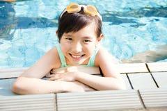 Gelukkig meisje die pret in zwembad hebben Stock Afbeelding