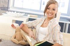 Gelukkig meisje die thuis leren Royalty-vrije Stock Foto's