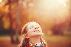 Gelukkig meisje die van het leven en vrijheid in de herfst op aard genieten Royalty-vrije Stock Foto