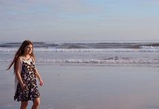 Gelukkig meisje die van tijd op mooi strand genieten Royalty-vrije Stock Afbeelding