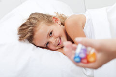 Gelukkig meisje die van ziekte met homeopathische geneeskunde terugkrijgen Royalty-vrije Stock Afbeeldingen