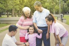 Gelukkig meisje die zich met haar familie in het park bevinden royalty-vrije stock foto