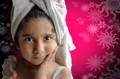 Gelukkig meisje die zich met handdoek bevinden Royalty-vrije Stock Foto's
