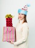Gelukkig meisje in een ongebruikelijke Kerstmishoed met giftdozen Stock Foto