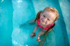 Gelukkig meisje in een pool Stock Afbeelding