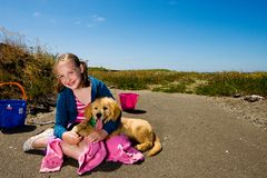 Gelukkig meisje en haar puppy buiten stock afbeeldingen