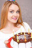 Gelukkig meisje en haar verjaardagscake royalty-vrije stock fotografie