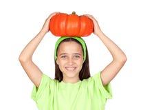 Gelukkig meisje in Halloween met een grote pompoen Royalty-vrije Stock Fotografie