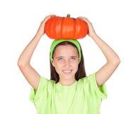 Gelukkig meisje in Halloween met een grote pompoen Royalty-vrije Stock Afbeeldingen