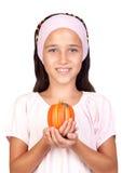 Gelukkig meisje in Halloween met een kleine pompoen Royalty-vrije Stock Afbeeldingen