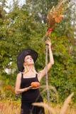 Gelukkig meisje in heksenkostuum met bezemsteel Stock Afbeelding