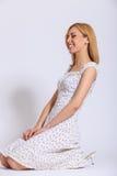 Gelukkig meisje in heldere sundress Stock Foto