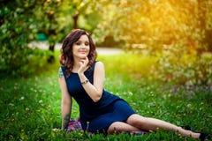 Gelukkig meisje in het zonlicht Stock Fotografie