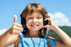 Gelukkig meisje in hoofdtelefoons Stock Fotografie