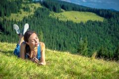 Gelukkig meisje in Karpatische bergen stock foto's